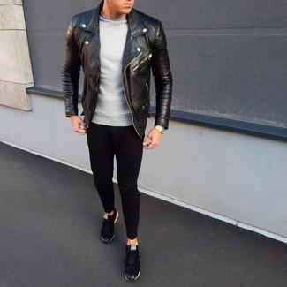 Cómo combinar: chaqueta motera de cuero negra, sudadera gris, pantalón de chándal negro, tenis negros