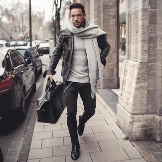 Cómo combinar: chaqueta motera de cuero en gris oscuro, sudadera gris, vaqueros pitillo negros, botines chelsea de cuero negros