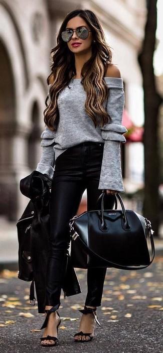 Look de moda: Chaqueta motera de cuero negra, Top con hombros descubiertos de punto gris, Pantalones pitillo de cuero negros, Sandalias de tacón de cuero negras
