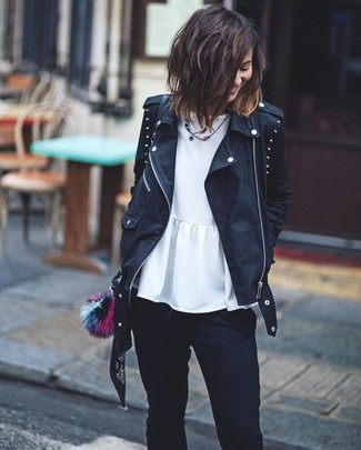 Cómo combinar: chaqueta motera de cuero con tachuelas negra, top con sobrefalda blanco, vaqueros pitillo negros, bolso bandolera de cuero negro