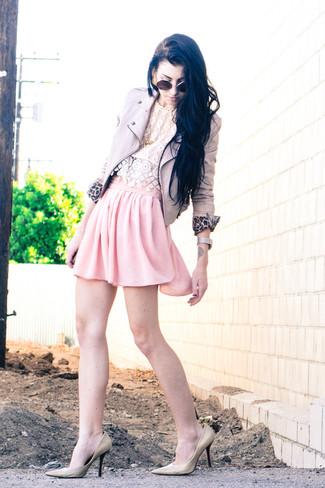 Elige por la comodidad con una chaqueta motera de cuero beige y una falda skater de gasa rosada. Dale onda a tu ropa con zapatos de tacón de cuero beige.