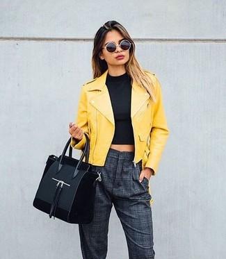 Cómo combinar: chaqueta motera de cuero amarilla, top corto negro, pantalón de pinzas a cuadros en gris oscuro, bolsa tote de ante negra