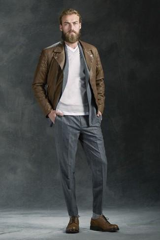 Cómo combinar: chaqueta motera de cuero marrón, traje de rayas verticales gris, jersey de pico gris, camiseta con cuello en v blanca