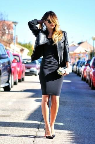Cómo combinar: chaqueta motera de cuero negra, vestido ajustado negro, zapatos de tacón de cuero negros, cartera sobre dorada