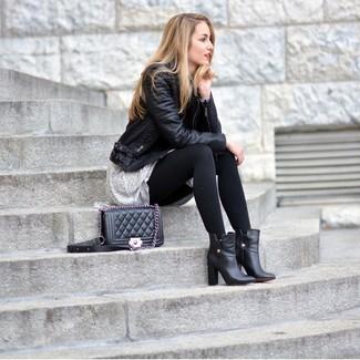 Ponte una chaqueta motera de cuero negra y un vestido amplio gris para conseguir una apariencia relajada pero chic. Dale onda a tu ropa con botines de cuero negros.