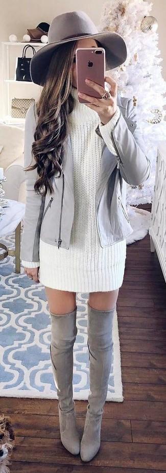 Cómo combinar: chaqueta motera de cuero gris, vestido jersey de punto blanco, botas sobre la rodilla de ante grises, sombrero de lana gris
