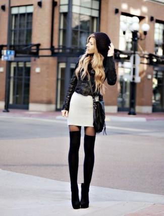 Cómo combinar: chaqueta motera de cuero negra, vestido jersey blanco, botines de ante negros, calcetines hasta la rodilla negros