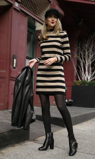 Cómo combinar: chaqueta motera de cuero negra, vestido jersey de rayas horizontales marrón claro, botines de cuero negros, gorra inglesa negra