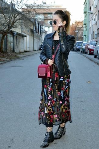 Cómo combinar: chaqueta motera de cuero acolchada negra, vestido largo bordado negro, botines de cuero con tachuelas negros, bolso bandolera de terciopelo burdeos