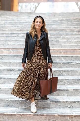 Cómo combinar: chaqueta motera de cuero negra, vestido largo de leopardo marrón claro, tenis de lona blancos, bolsa tote de cuero marrón
