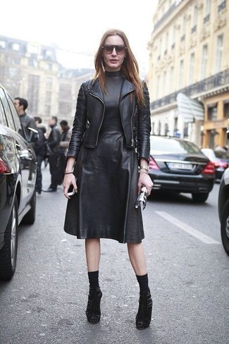 Cómo combinar: chaqueta motera de cuero negra, vestido midi de cuero negro, botines de ante con recorte negros, calcetines negros
