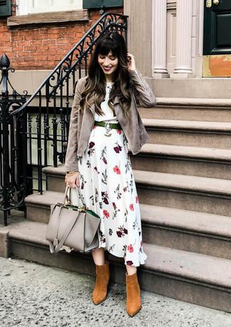 Cómo combinar: chaqueta motera de ante gris, vestido midi con print de flores blanco, botines de ante en tabaco, bolsa tote de cuero gris