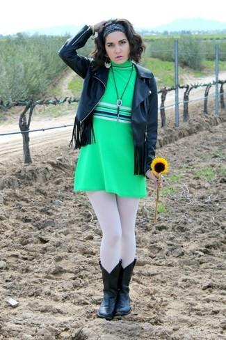 Cómo combinar: chaqueta motera de cuero сon flecos negra, vestido recto verde, botas camperas de cuero negras, bandana negra