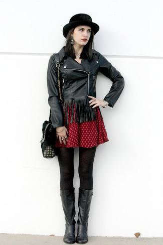 Cómo combinar: chaqueta motera de cuero сon flecos negra, vestido skater estampado rojo, botas a media pierna de cuero negras, bolso bandolera de pelo negro