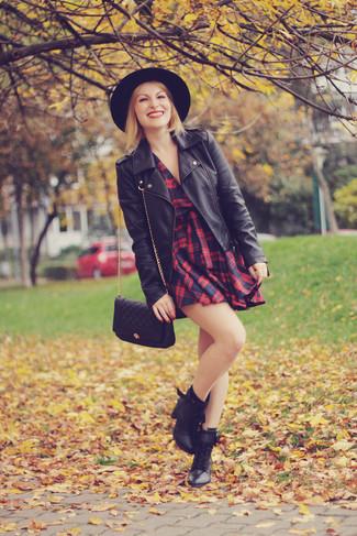 Cómo combinar: chaqueta motera de cuero negra, vestido skater de tartán en rojo y negro, botas planas con cordones de cuero negras, bolso bandolera de cuero acolchado negro