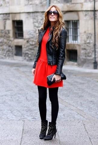e82f399382 Un vestido skater de vestir con una chaqueta motera de cuero ...