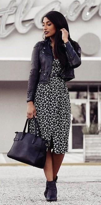 Cómo combinar: chaqueta motera de cuero negra, vestido tubo estampado en negro y blanco, botines de cuero negros, bolsa tote de cuero negra