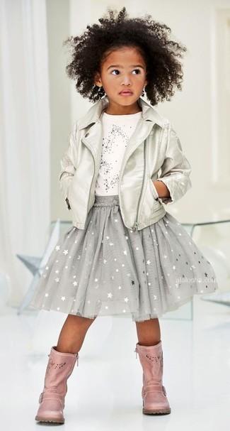 Cómo combinar: chaqueta de cuero plateada, camiseta de estrellas blanca, falda de estrellas gris, botas de cuero rosadas