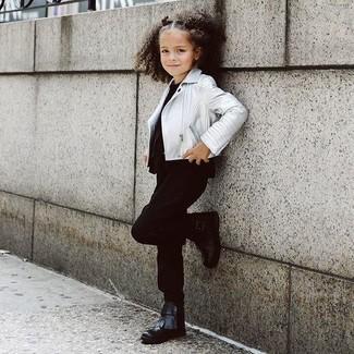 Cómo combinar: chaqueta de cuero plateada, camiseta negra, pantalones negros, botas negras