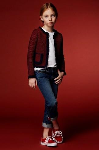 Cómo combinar: chaqueta roja, camiseta blanca, vaqueros azul marino, zapatillas rojas