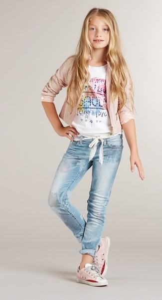 Cómo combinar: chaqueta rosada, camiseta estampada blanca, vaqueros celestes, zapatillas rosadas