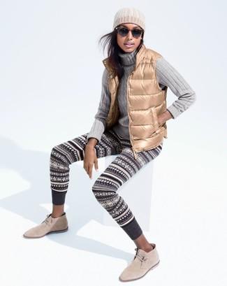 Cómo combinar: chaqueta sin mangas marrón claro, jersey de cuello alto de punto gris, leggings de grecas alpinos en gris oscuro, botas safari de ante en beige