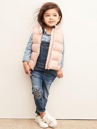 Cómo combinar: chaqueta sin mangas rosada, camisa de vestir vaquera celeste, peto vaquero azul, zapatillas blancas