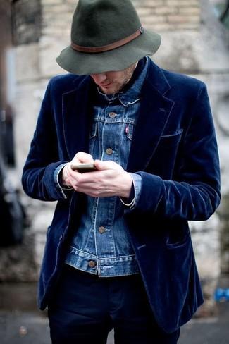 Cómo combinar: chaqueta vaquera azul, blazer de terciopelo azul marino, pantalón chino azul marino, sombrero de lana verde oscuro