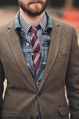 Cómo combinar: chaqueta vaquera azul, blazer de lana marrón, camisa de vestir de cuadro vichy en azul marino y blanco, corbata de rayas verticales burdeos