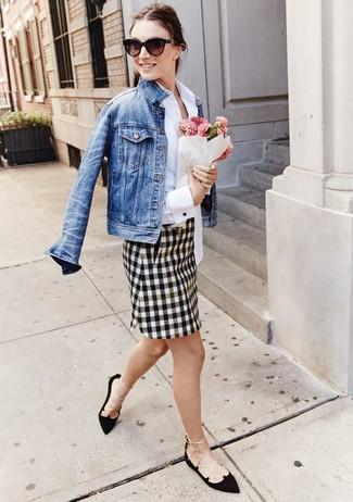 Look de moda: Chaqueta vaquera azul, Camisa de vestir blanca, Minifalda a cuadros en blanco y negro, Bailarinas de ante negras