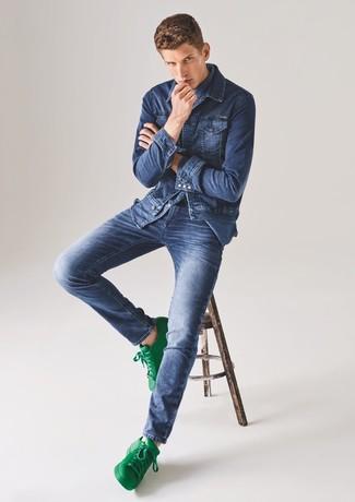 Cómo combinar: chaqueta vaquera azul, camisa vaquera azul, vaqueros azules, tenis de cuero verdes