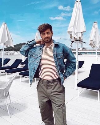 Cómo combinar: chaqueta vaquera azul, camiseta con cuello circular de rayas horizontales en blanco y rojo, pantalón cargo gris