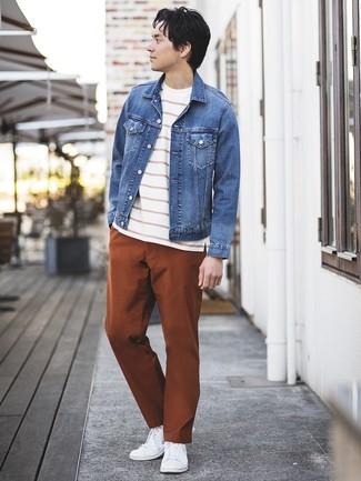 Cómo combinar: chaqueta vaquera azul, camiseta con cuello circular de rayas horizontales en blanco y rojo, pantalón chino en tabaco, tenis blancos