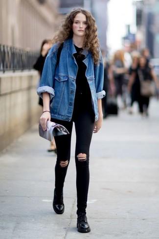 Cómo combinar: chaqueta vaquera azul, camiseta con cuello circular negra, vaqueros pitillo desgastados negros, zapatos oxford de cuero negros