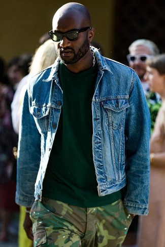Cómo combinar: chaqueta vaquera azul, camiseta con cuello circular verde oscuro, pantalón cargo de camuflaje verde oliva, gafas de sol verde oscuro