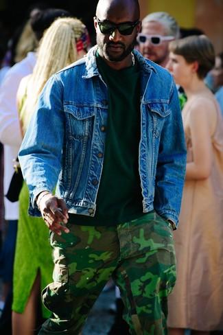 Cómo combinar: chaqueta vaquera azul, camiseta con cuello circular verde oscuro, pantalón cargo de camuflaje verde oscuro, gafas de sol verde oscuro