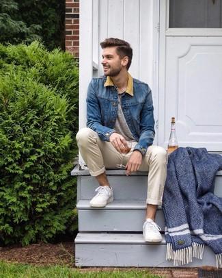 Cómo combinar: chaqueta vaquera azul, camiseta henley gris, pantalón chino en beige, tenis blancos