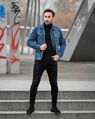 Cómo combinar: chaqueta vaquera azul, jersey de cuello alto negro, vaqueros pitillo negros, botines chelsea de ante negros