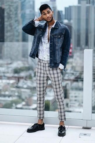 Cómo combinar: chaqueta vaquera azul marino, camisa de manga larga estampada gris, pantalón chino de tartán gris, zapatos derby de cuero negros
