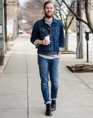 Cómo combinar: chaqueta vaquera azul marino, camiseta con cuello circular de rayas horizontales gris, vaqueros desgastados azules, botas casual de cuero negras