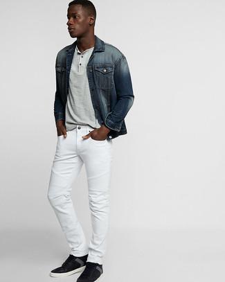 Cómo combinar: chaqueta vaquera azul marino, camiseta henley gris, vaqueros blancos, tenis de cuero negros