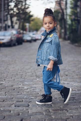 Cómo combinar: chaqueta vaquera azul, pantalones azules, zapatillas negras