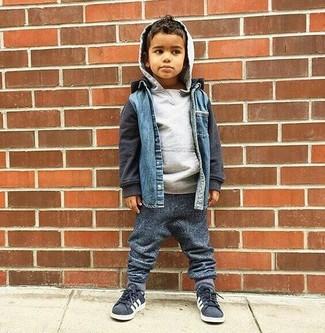 Cómo combinar: chaqueta vaquera azul, sudadera con capucha gris, pantalón de chándal en gris oscuro, zapatillas en gris oscuro