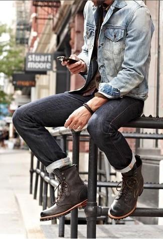 Cómo combinar: chaqueta vaquera azul, vaqueros negros, botas casual de cuero en marrón oscuro