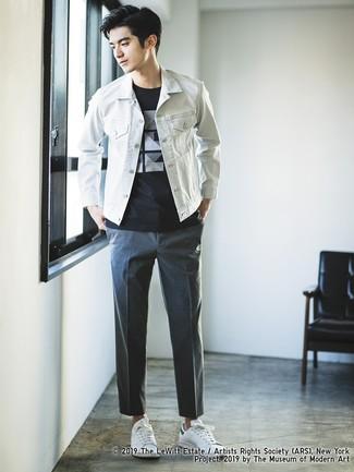 Cómo combinar: chaqueta vaquera blanca, camiseta con cuello circular estampada en negro y blanco, pantalón chino en gris oscuro, tenis de cuero blancos