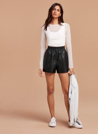 Considera emparejar una chaqueta vaquera blanca junto a unos pantalones cortos de cuero negros de mujeres de Topshop para un look diario sin parecer demasiado arreglada. Tenis blancos son una opción buena para complementar tu atuendo.