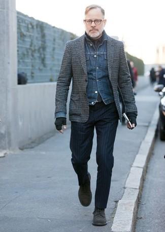 Cómo combinar: chaqueta vaquera azul, blazer de lana a cuadros gris, camisa de vestir negra, pantalón de vestir de rayas verticales azul marino