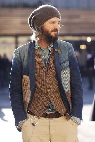 Cómo combinar: chaqueta vaquera gris, blazer vaquero azul marino, chaleco de vestir de tartán marrón, camiseta con cuello circular verde oliva