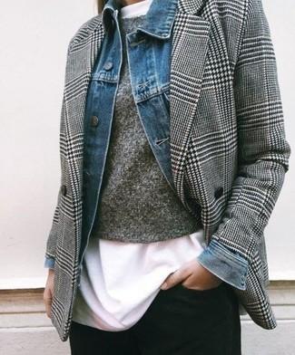 Cómo combinar: chaqueta vaquera azul, blazer cruzado de pata de gallo gris, jersey con cuello circular gris, camiseta con cuello circular blanca