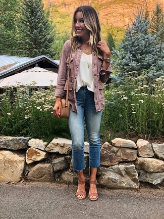 Cómo combinar: chaqueta vaquera rosada, blusa sin mangas de gasa blanca, vaqueros azules, sandalias de tacón de ante marrónes